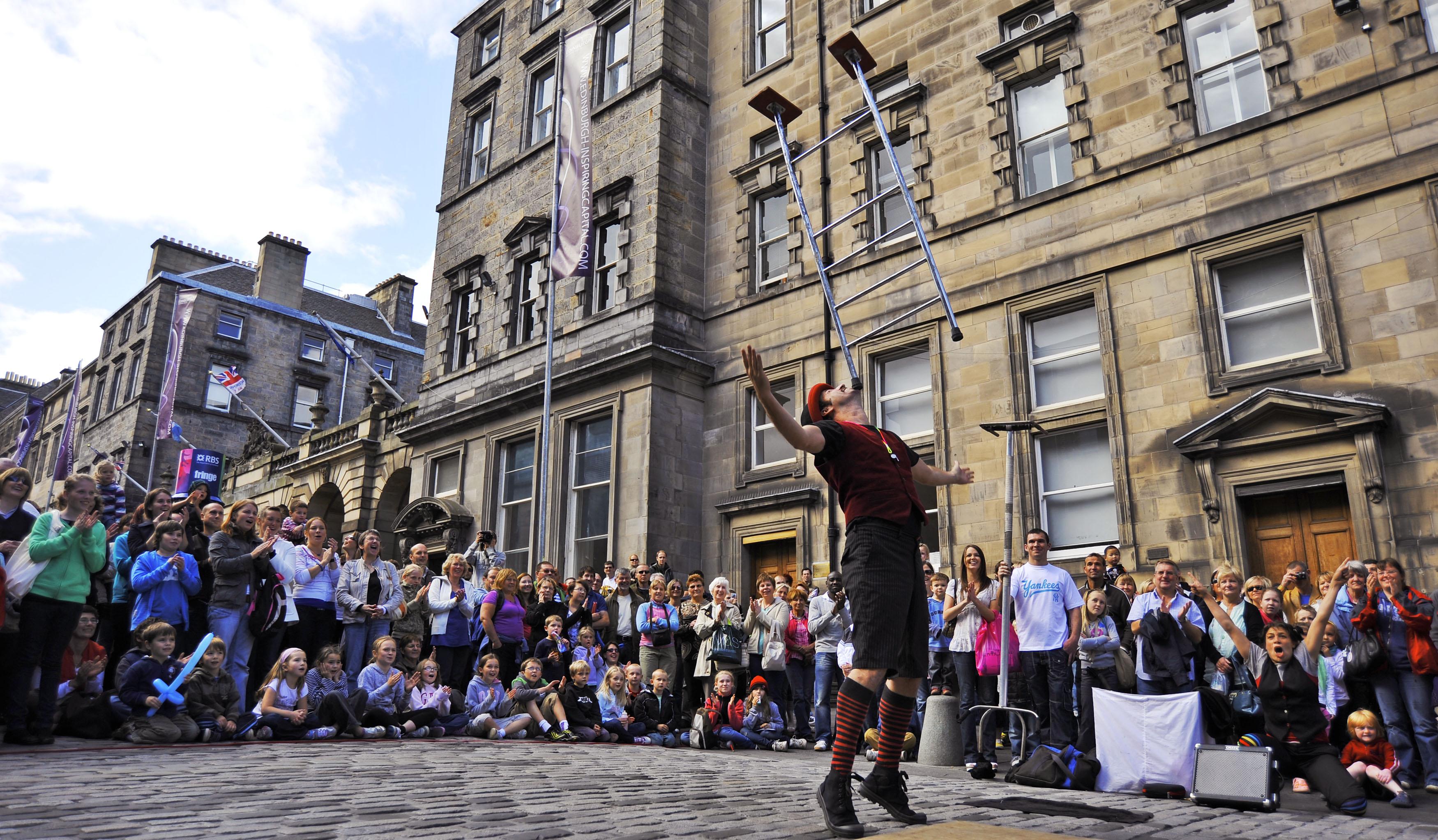 street performer on The Royal Mile @ Edinburgh Fringe Festival